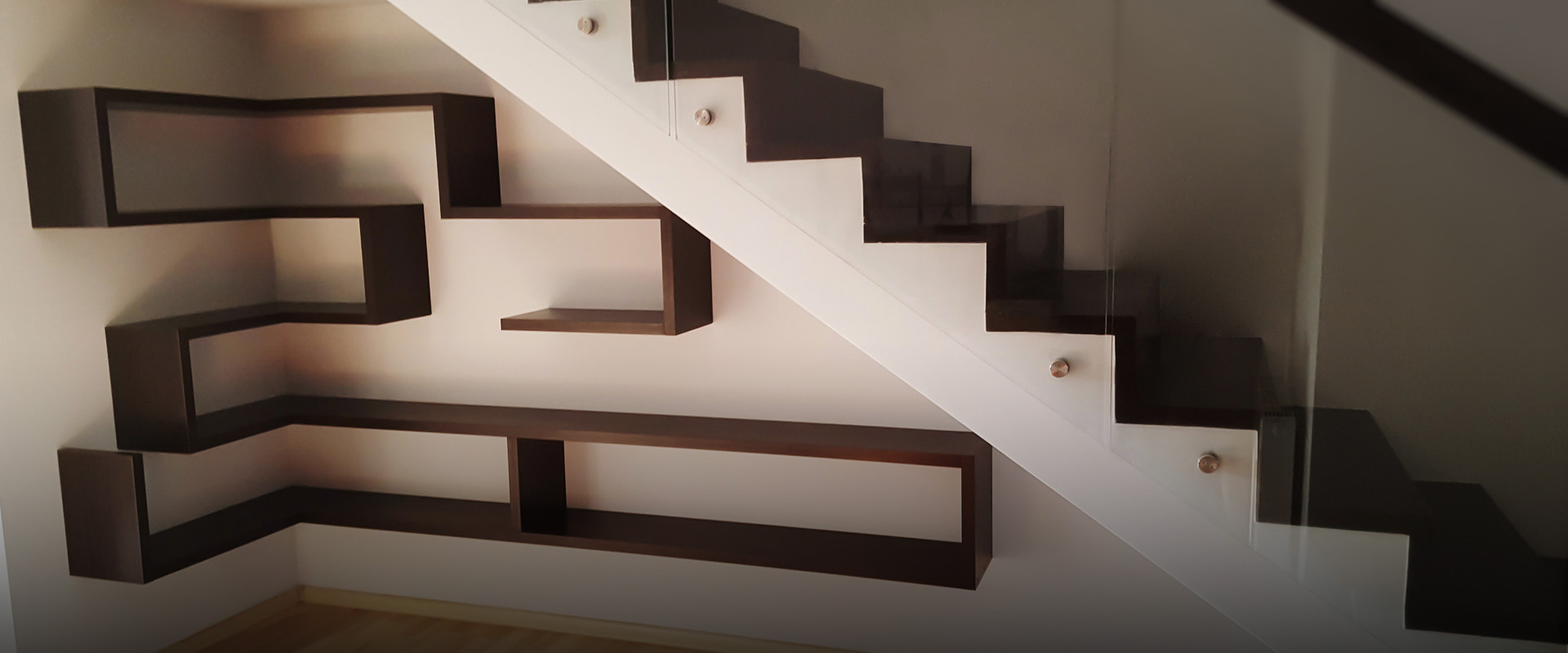 Półka pod schodami